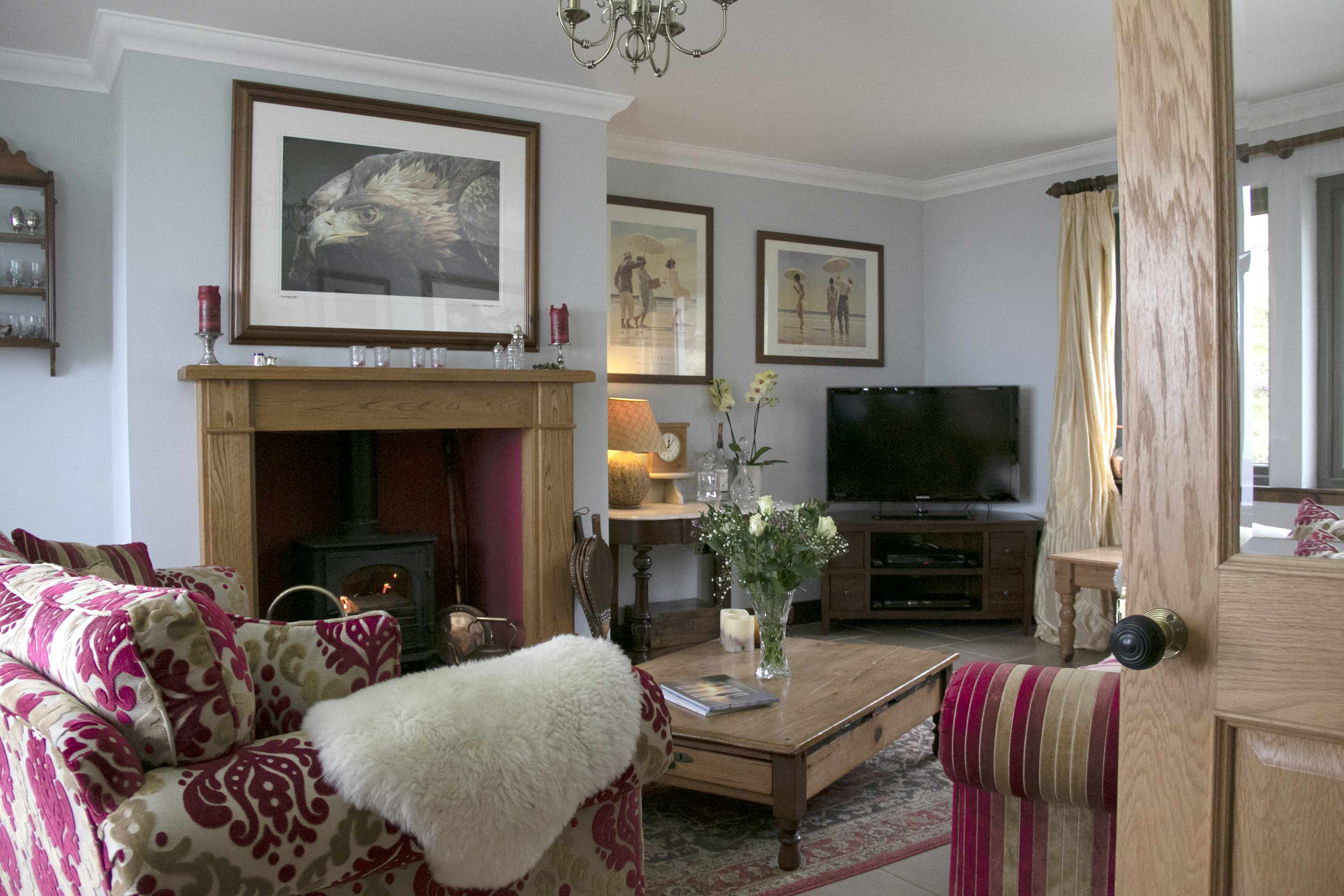https://creaghouseskye.co.uk/wp-content/uploads/2019/09/creag-house-livingroom-019.jpg